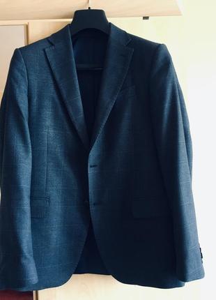 Классический мужской костюм. пиджак и брюки. стильный и качественный
