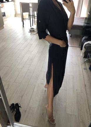 Класическое платье прямого кроя с разрезом