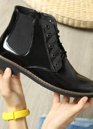 Лаковые демисезонные ботинки.