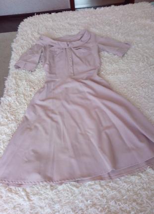 Красивое пудровое нежное платье в стиле ретро