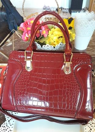 Лаковая сумочка бордового цвета
