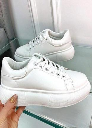 Белые кроссовки на высокой подошве, белые кеды на платформе.