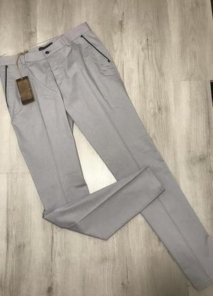 Светло-серые мужские брюки gardner в маленькую клетку 065 (44)
