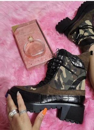 Люксовые трендовые ботинки со вставкой военной расцветки