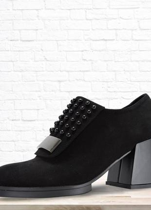 Замшевые туфли на устойчивом каблуке. черные.