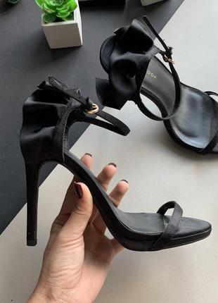 👡атласные чёрные босоножки с тонким ремешком/босоножки на высоких каблуках с рюшами👡