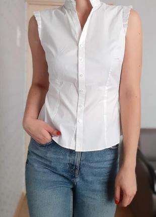 Блуза белая без рукавов с воротником стойкой