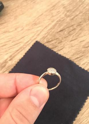 Золотое кольцо из белого золота с бриллиантами.