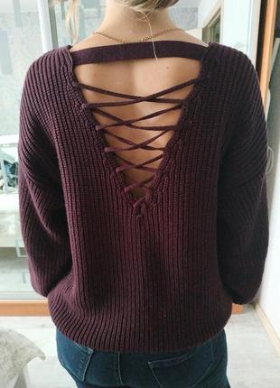 Теплый красивый свитер с красивой интересной спинкой