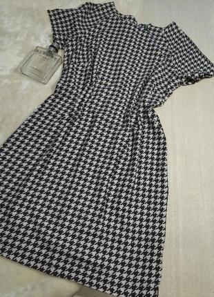Платье с рисунком «гусиная лапка».