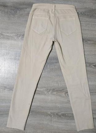 Бежевые штаны с вырезами на коленках