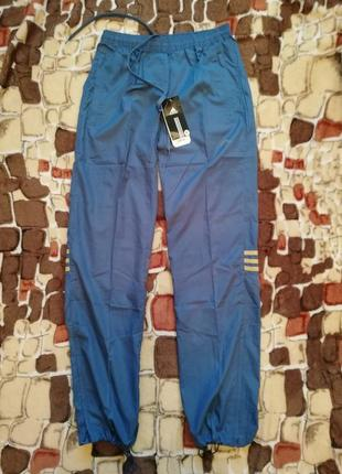 Женские спортивные болоневые штаны от adidas. размер s