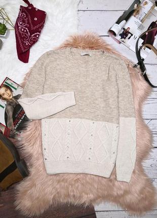 Сливочно-кофейный свитер в узорную вязку с камнями