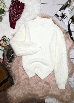 Белоснежный свитер в рубчик, рукав травка