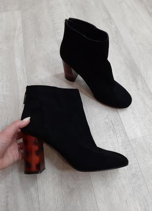 Черные ботинки на каблуке peacocks