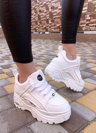 Белые массивные кроссовки в стиле буффало, белые кроссовки buffalo на высокой платформе.