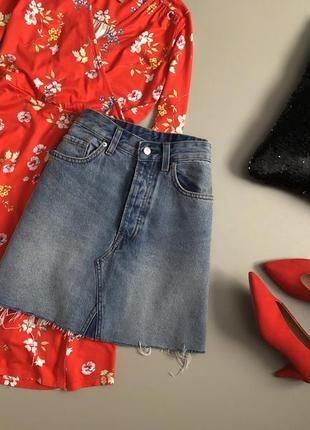 Крутая джинсовая юбка трапеция с необработанным краем h&m