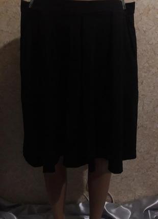 Черная мини-юбка со складками и карманами в боковых швах