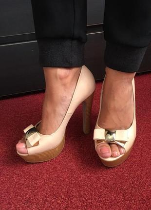 Кожаные туфли с открытым носиком.