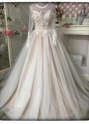 Свадебное платье с вышитым корсетом и пышной юбкой из евро фатина