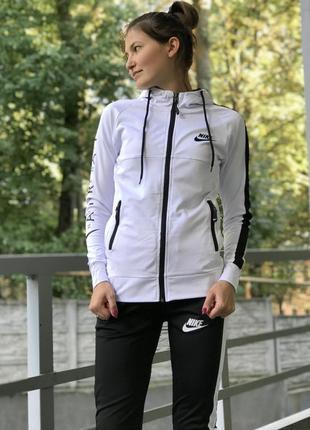 Класний спортивний костюм білого кольору