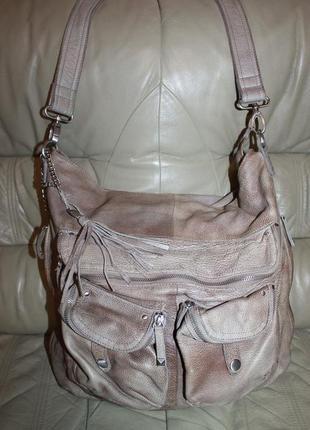Большая фирменная кожаная сумка с длинным ремнем comma