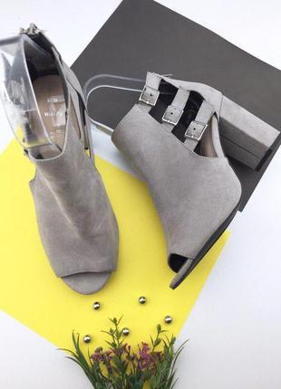 Женские босоножки под замшу на толстом каблуке с ремешками