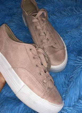 Пудровые кроссовки кеды