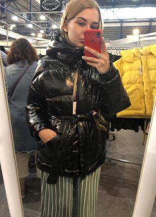 Женская лаковая зимняя куртка чёрная с капюшоном и поясом