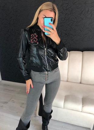 Черная женская кожаная  куртка с декором