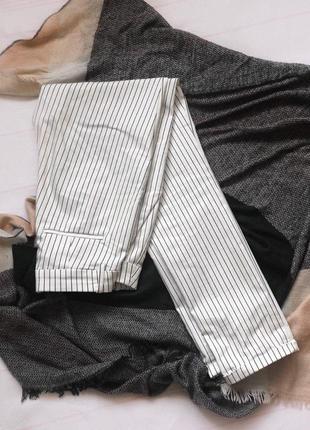Белые брюки в черную полоску