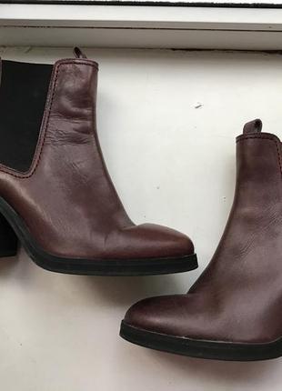 Очень крутые кожаные челси на устойчивом каблуке цвета бургунди