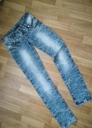 Стильные плотные мраморные джинсы