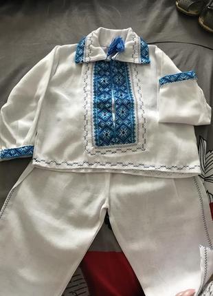 Одяг для хрещення хлопчика представлено комплектом з сорочечки-вишиванки і штанців.