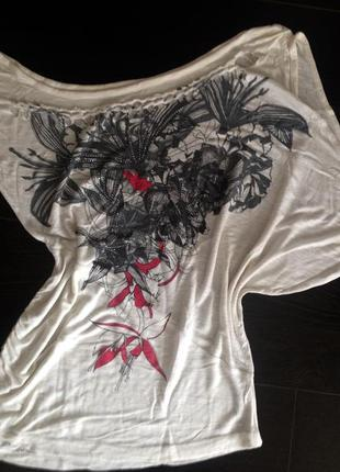 Лёгкая футболка принт лилии летучая мышь со спущенными плечом стразы плетение на груди
