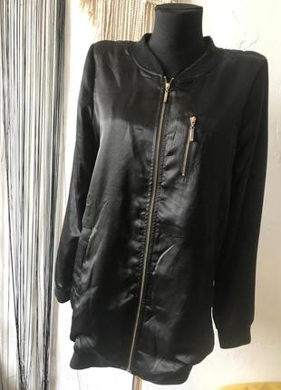 Бомбер удлинённый чёрный атласный на молнии, с прорезными карманами, colloseum