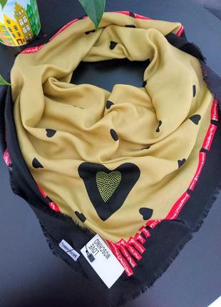 Шерстяной платок love moschino