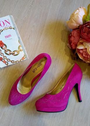 Шикарные замшевые туфли цвета фуксии с стразами размер 36- 37