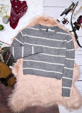 Укороченный шерстяной серый свитер в молочную полоску