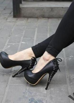 Эффектные туфли со шнуровкой