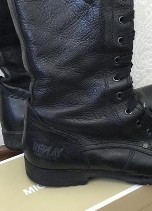 В наличии кожаные высокие сапоги на шнуровке и молнии сбоку replay