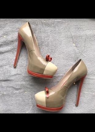 Лаковые туфельки на шпильке