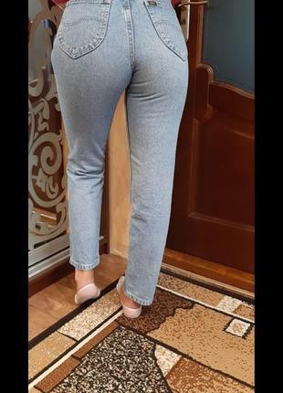 Стильные джинсы mom с высокой талией