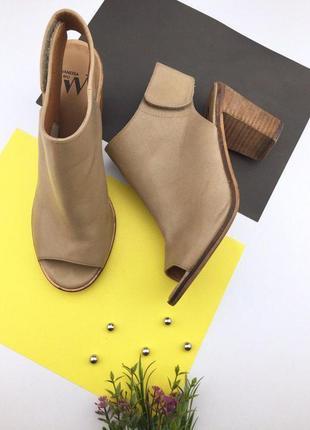 Женские босоножки на толстом каблуке