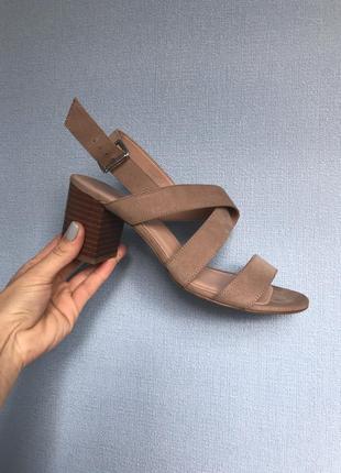 Новые красивые бежевые босоножки/ сандалии на каблуке р39