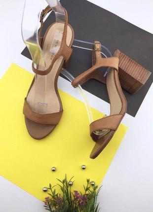 Кожаные босоножки на толстом каблуке с ремешком на щиколотке