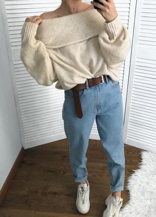 Ідеальний кремовий светрик на плечі, дуже ніжний!