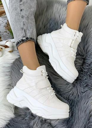 Стильные белые ботиночки деми на платформе