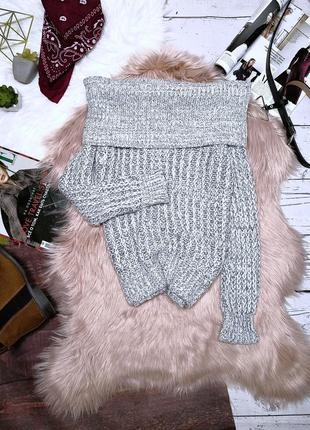 Серый меланжевый свитер с объёмным воротом на открытые плечи
