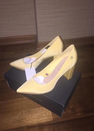 Продам новые туфли (40р) tommy hilfinger